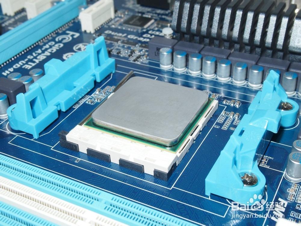 CPU的主频不代表CPU的速度,但提高主频对于提高CPU运算速度却是至关重要的。举个例子来说,假设某个CPU在一个时钟周期内执行一条运算指令,那么当CPU运行在100MHz主频时,将比它运行在50MHz主频时速度快一倍。因为100MHz的时钟周期比50MHz的时钟周期占用时间减少了一半,也就是工作在100MHz主频的CPU执行一条运算指令所需时间仅为10ns比工作在50MHz主频时的20ns缩短了一半,自然运算速度也就快了一倍。只不过电脑的整体运行速度不仅取决于CPU运算速度,还与其它各分系统的运行情况