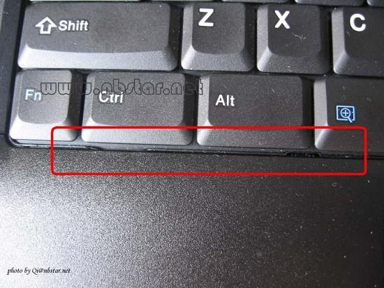 笔记本键盘帽的架构:   在拆卸键盘帽之前,我们首先需要谈谈笔记本键盘的架构。由于笔记本键盘比台式机键盘来要薄很多,所以就需要键盘之设计人员彻底打破传统台式键盘之设计理念,强调移动性能的笔记本电脑为了做到够薄,那就要在键盘上也要缩减厚度,这就意味着笔记本键盘的设计者要在键帽模组高度和行程上下功夫,其结果就是改变了键盘的运作模式,于是就产生了为笔记本键盘设计的剪刀脚架构。剪刀脚架构也叫X架构,如下图:      笔记本键盘结构图      X构架      笔记本键盘结构实物图   下面再来说